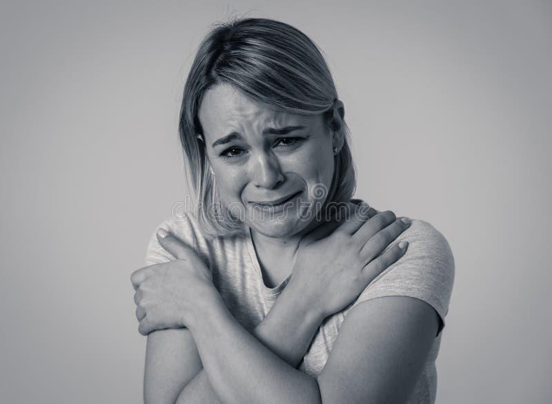 Portret smutna i zastrachana kobieta Odizolowywający w białym tle Ludzcy wyrażenia i emocje obrazy royalty free