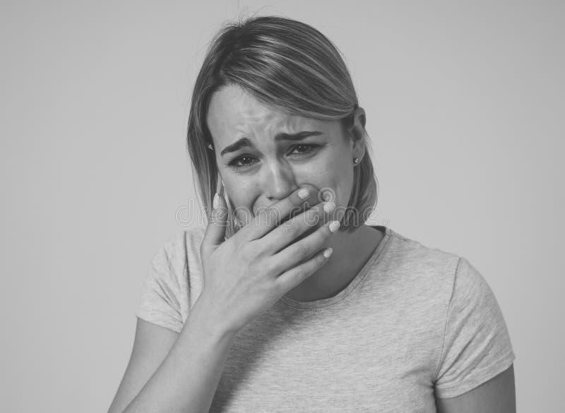 Portret smutna i zastrachana kobieta Odizolowywający w białym tle Ludzcy wyrażenia i emocje fotografia stock