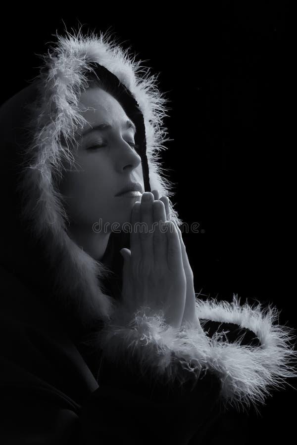 Portret smutna kobieta w czarnym przylądka modleniu zdjęcia stock