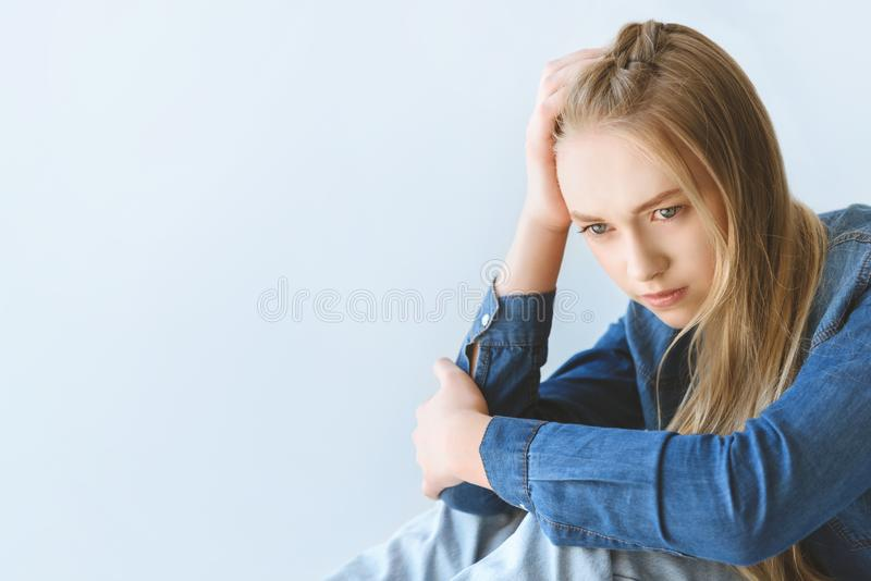 portret smutna nastoletnia dziewczyna w przypadkowej odzieży zdjęcie stock