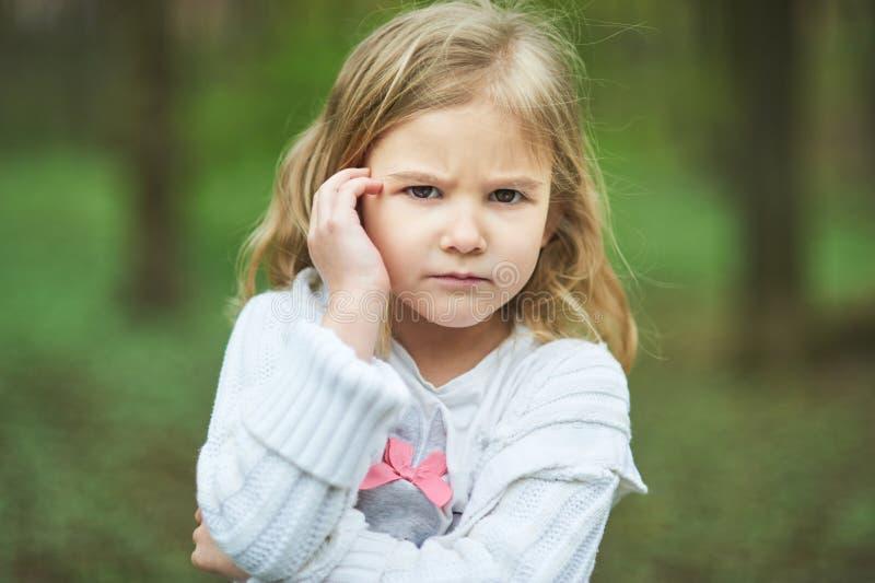 Portret smutna nieszczęśliwa mała dziewczynka Mały smutny dziecko jest samotny spęczenie i zrozpaczony gniewny wyraz twarzy obrazy royalty free