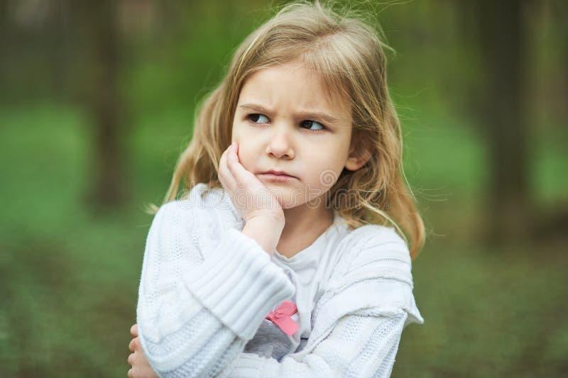 Portret smutna nieszczęśliwa mała dziewczynka Mały smutny dziecko jest samotny spęczenie i zrozpaczony gniewny wyraz twarzy fotografia stock