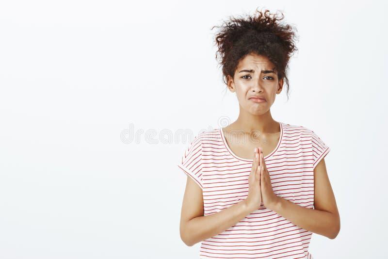 Portret smutna zmartwiona dziewczyna błaga dla pomocy lub przebaczenia Portret unhapyp nierada kobieta w pasiastej koszulce zdjęcie royalty free