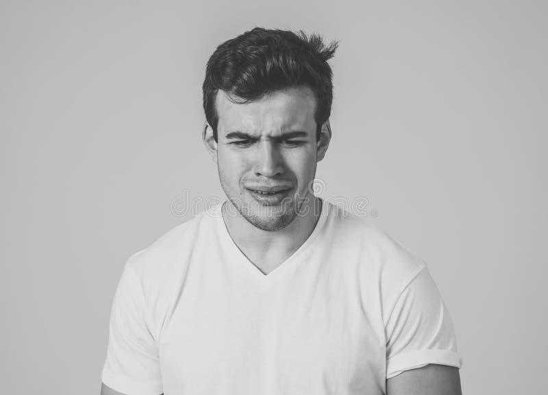 Portret smutny i przygn?biony m?odego cz?owieka uczucia sp?czenie Ludzcy wyra?enia i negatywne emocje fotografia stock