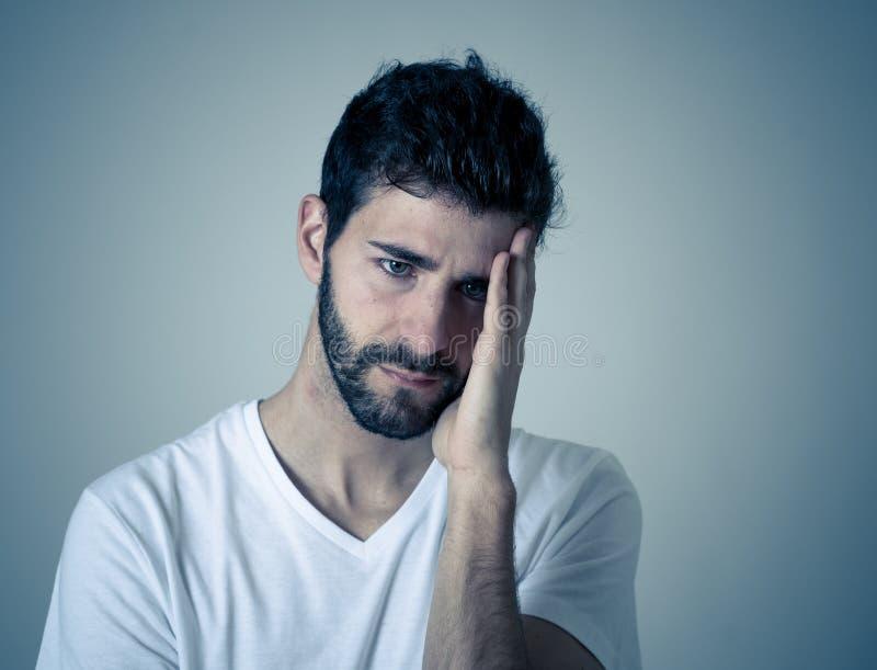 Portret smutny i zastrachany m??czyzna Odizolowywaj?cy w bia?ym tle Ludzcy wyra?enia i emocje zdjęcie stock
