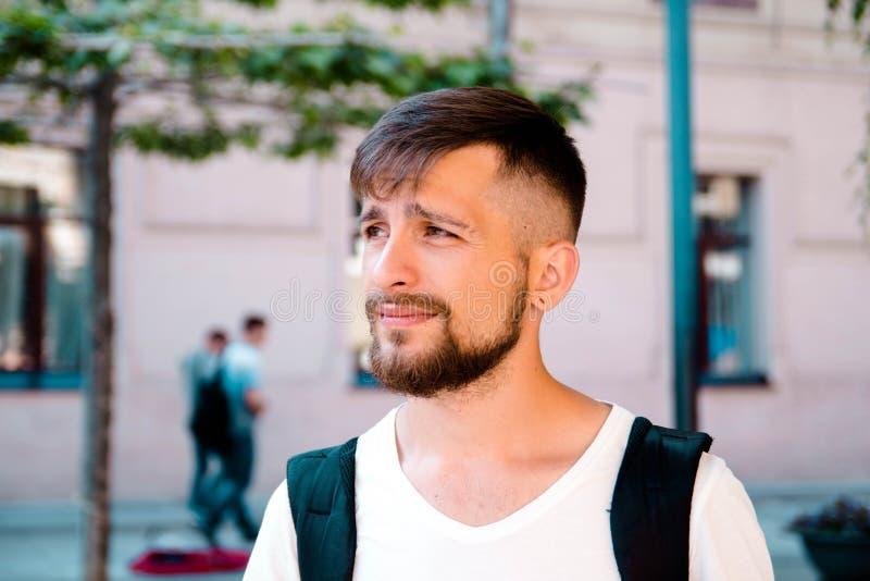 Portret smutny męski turysta w mieście fotografia stock