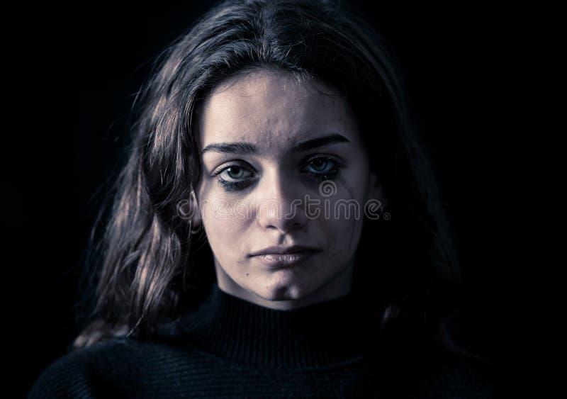 Portret smutny, nieszczęśliwy młoda dziewczyna płacz, Bezradny, przygnębiony dziecko, Zatrzymuje znęcać się kampanię zdjęcie royalty free
