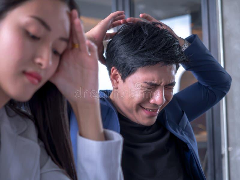 Portret smutny nieszczęśliwy płaczu biznesmen z napięciem Zamknięci oczy na głowie, w pokoju konferencyjnym zdjęcie stock