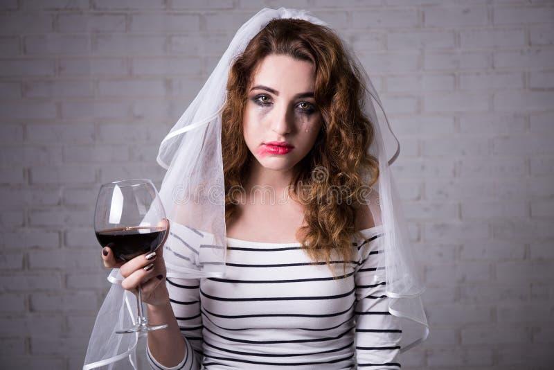 Portret smutny panna młoda płacz i pić wino zdjęcia stock