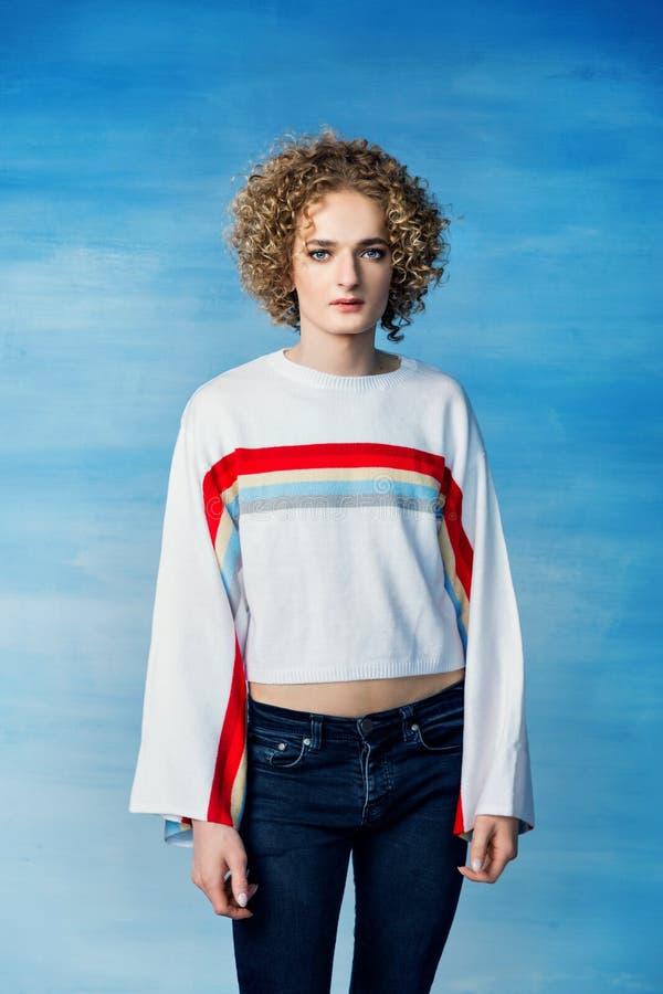 Portret smutny transgender faceta model z niebieskimi oczami i blondynem w wizerunku kobieta obraz stock