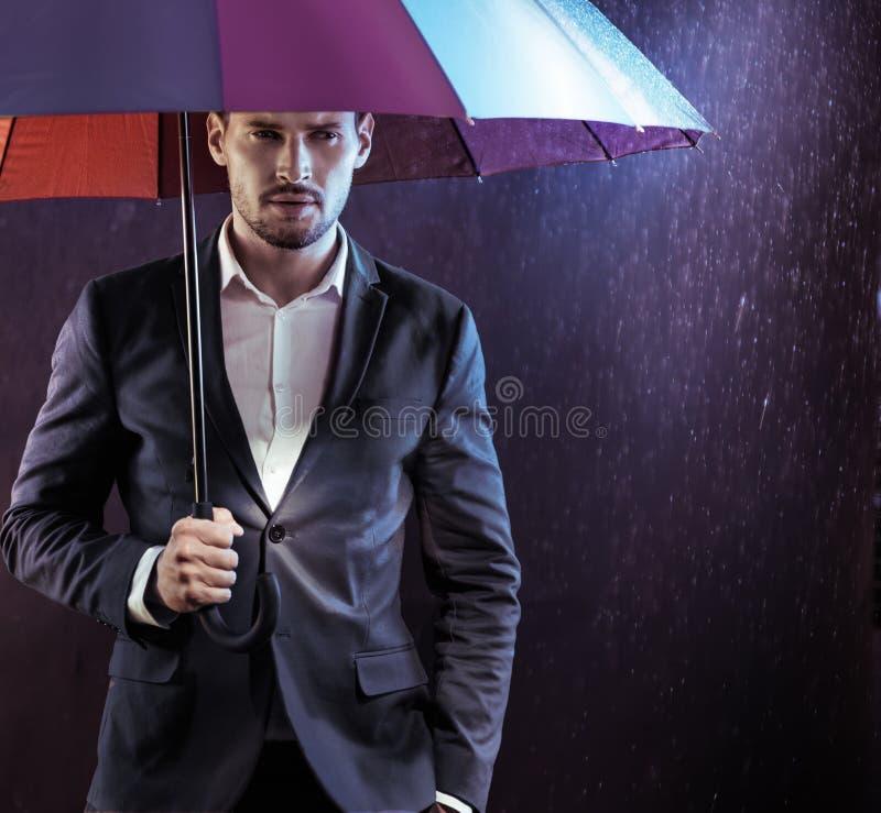 Portret spokój, poważny biznesmen trzyma kolorowego umbre zdjęcie stock