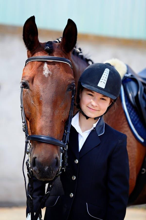 Portret sportsmenka z koniem. zdjęcia royalty free