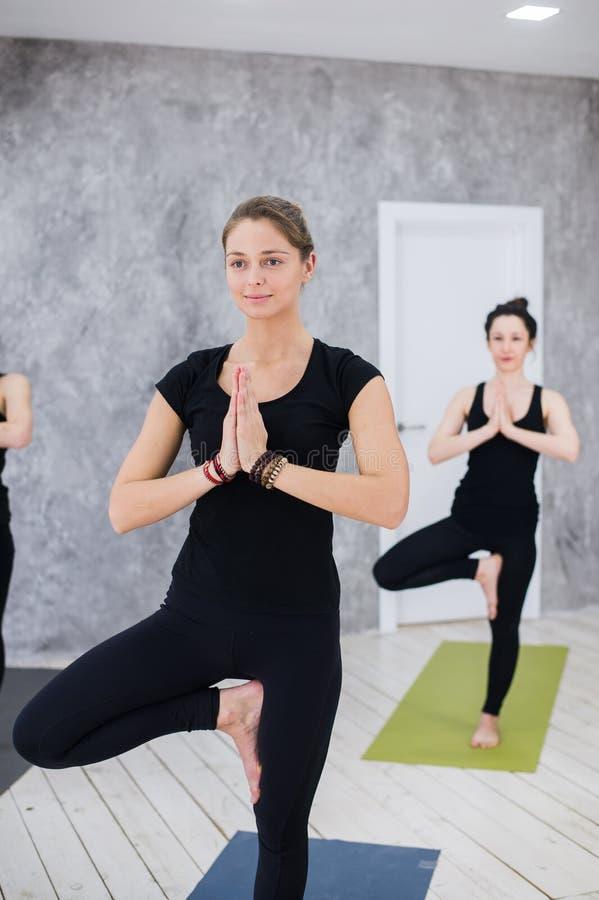 Portret sprawność fizyczna instruktor z rękami i klasa łączył przy ćwiczenia studiiem obrazy stock