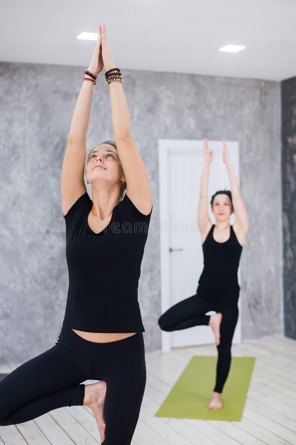Portret sprawność fizyczna instruktor z rękami i klasa łączył przy ćwiczenia studiiem zdjęcia royalty free