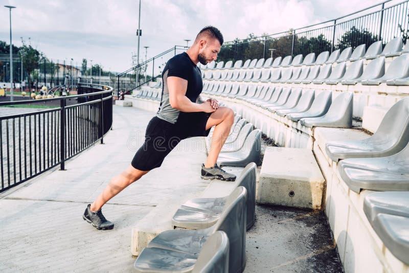 Portret sprawność fizyczna, zdrowy mężczyzna robi rozciąganiu po długiego treningu Biegać i sprawności fizycznej pojęcie zdjęcia stock