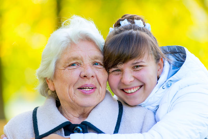 Portret stara babcia i młoda wnuczka obraz royalty free