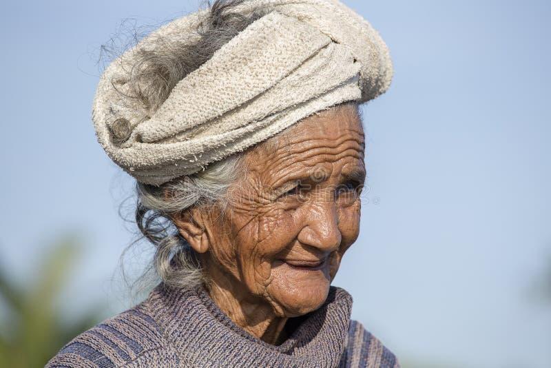 Portret stara biedna kobieta Bali wyspa Mieszkanowie Bali są miły i życzliwy parzysty, równy w starości obrazy royalty free