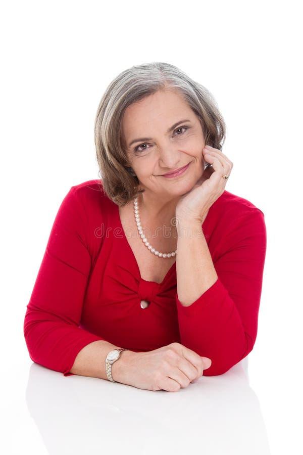 Portret stara fachowa biznesowa kobieta w czerwieni odizolowywającej zdjęcie royalty free