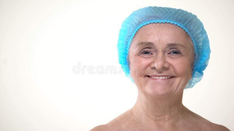 Portret stara kobieta w higienicznej nakrętce przed chirurgią plastyczną, kosmetologia obrazy royalty free
