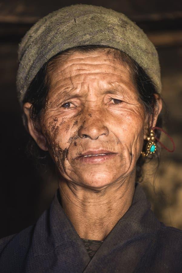 Portret stara nepalese kobieta w obywatelu odziewa w jej domu fotografia royalty free