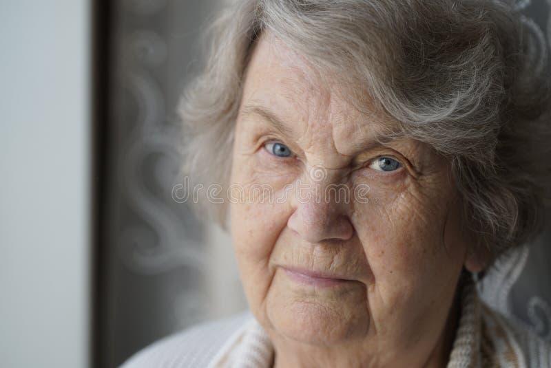 Portret stara starsza kobieta starzał się 80s indoors fotografia stock