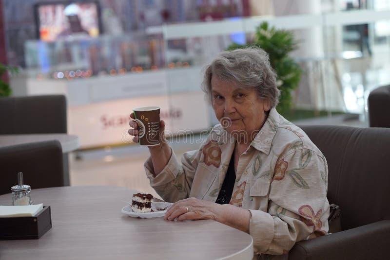 Portret stara uśmiechnięta kobieta w kawiarni obrazy stock
