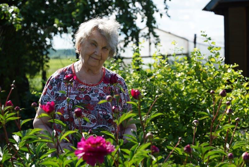 Portret stara uśmiechnięta kobieta w parku fotografia stock