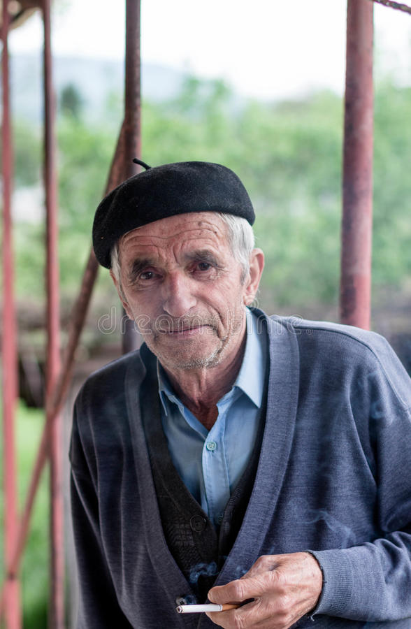 Portret starego człowieka dymienia papieros fotografia stock