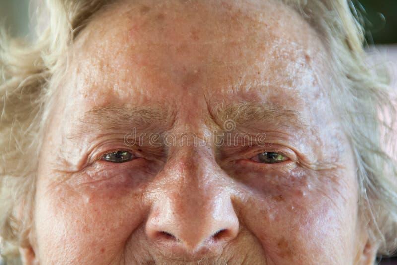 Portret starej kobiety twarz z zmarszczeniami pełno i oczami łzy fotografia royalty free