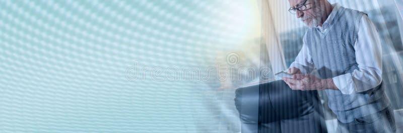 Portret starsza biznesmen pozycja i używać telefon komórkowy, lekki skutek, dwoisty ujawnienie; panoramiczny sztandar fotografia stock