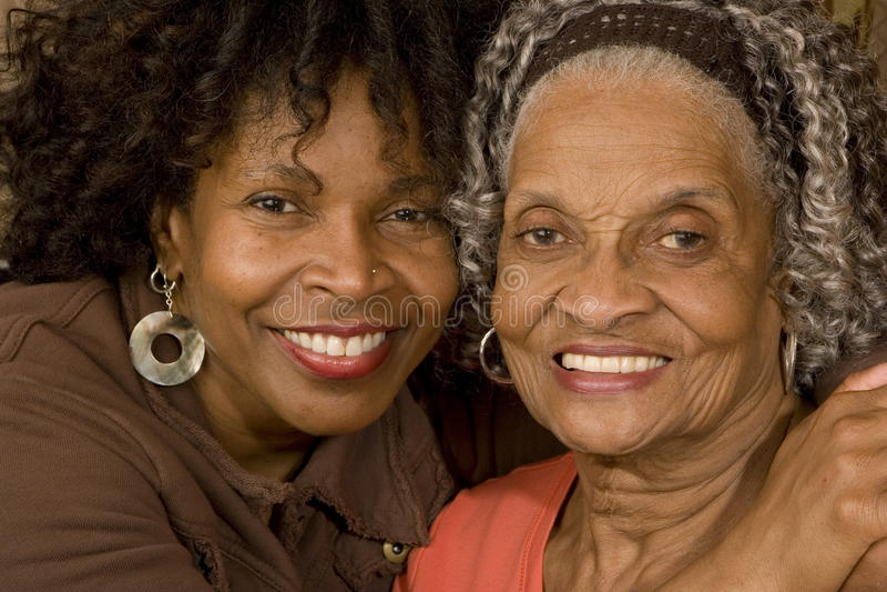 Portret starsza kobieta ściska jej córki zdjęcia stock