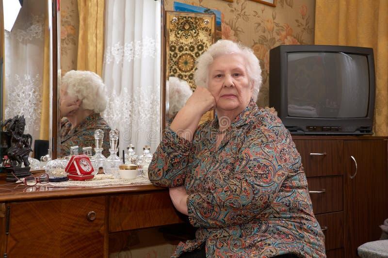 Portret starsza kobieta blisko lustra fotografia royalty free