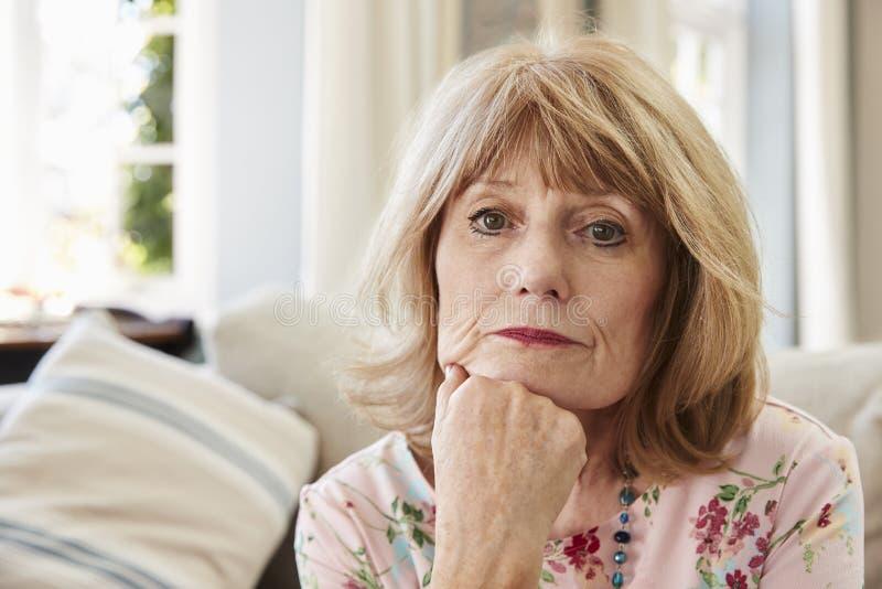 Portret Starsza kobieta Na kanapy cierpieniu Od depresji zdjęcie royalty free