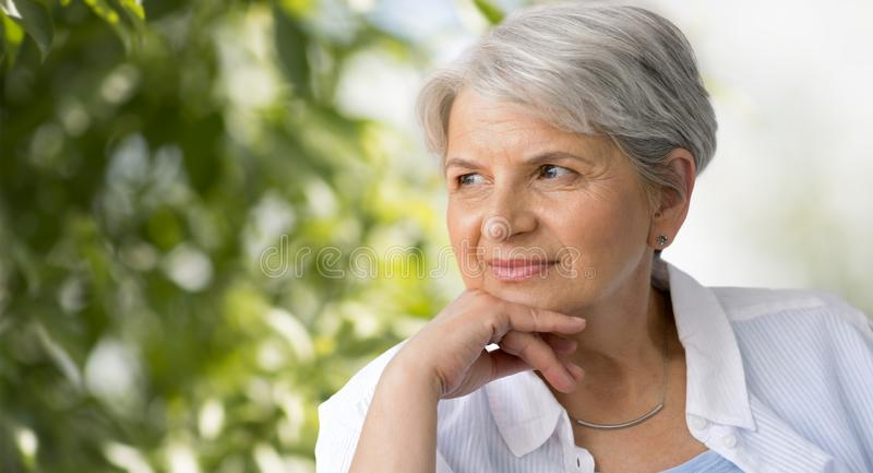 Portret starsza kobieta nad naturalnym tłem zdjęcie royalty free