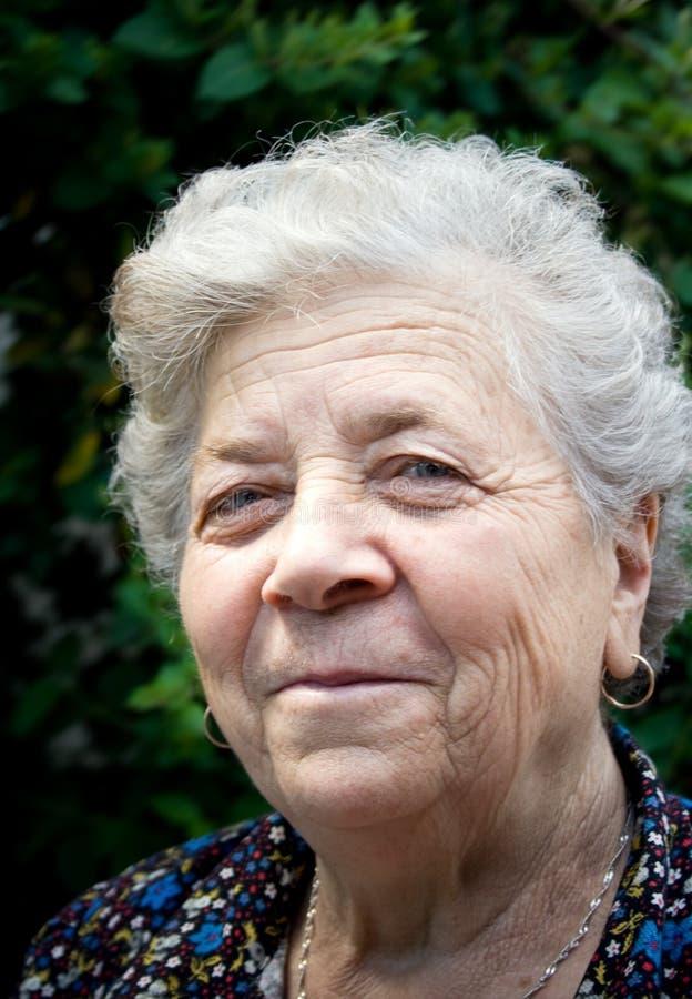 portret starsza kobieta uśmiechnięta obraz royalty free