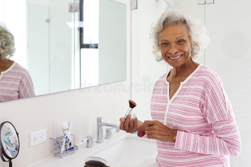 Portret Starsza kobieta W łazienki kładzeniu Dalej Uzupełnia zdjęcia royalty free
