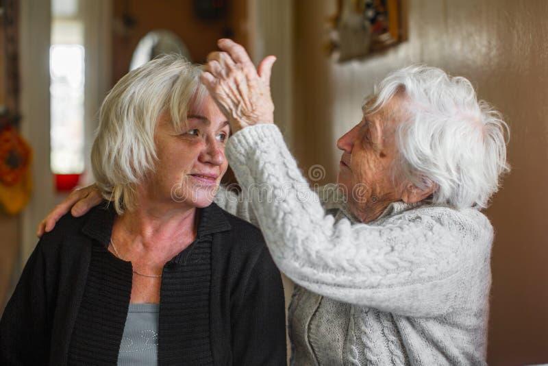 Portret starsza kobieta z jej dorosłą córką Miłość zdjęcia royalty free