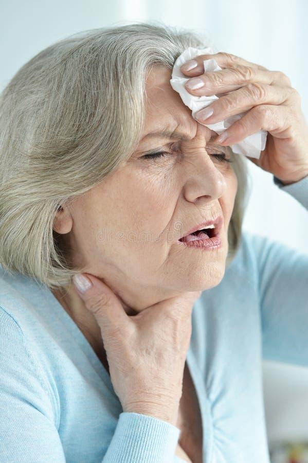 Portret starsza kobieta z migreny mienia ręką na głowie fotografia royalty free