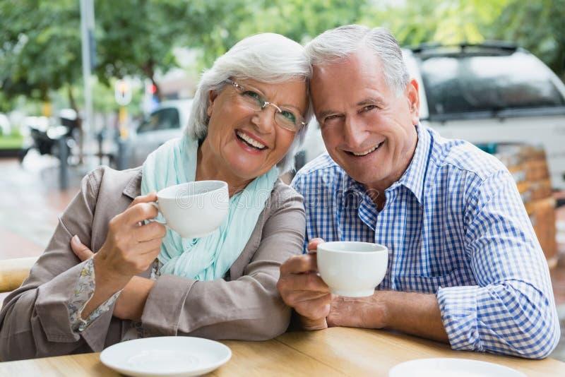Portret starsza para ma kawę zdjęcie stock