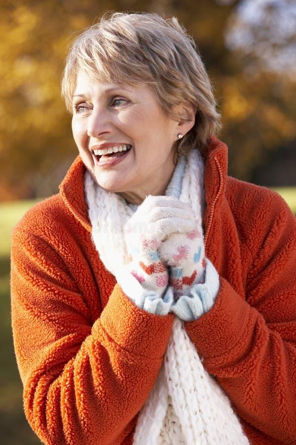 portret starsza uśmiechnięta kobieta fotografia royalty free