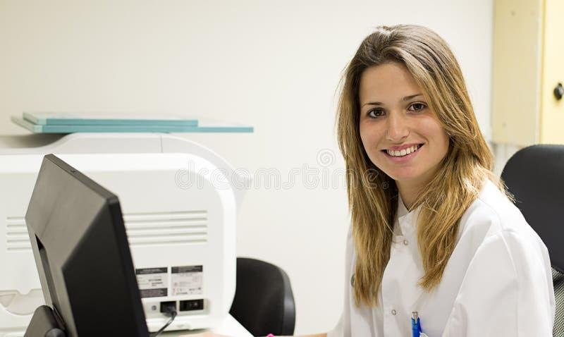 Portret starsza uśmiechnięta lekarka zdjęcie stock