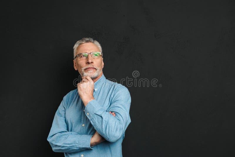 Portret starsze osoby obsługuje 70s z popielatym włosy i brody macaniem cześć obraz royalty free