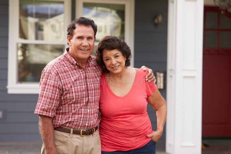 Portret Starszej Latynoskiej pary Outside Trwanie dom obrazy stock