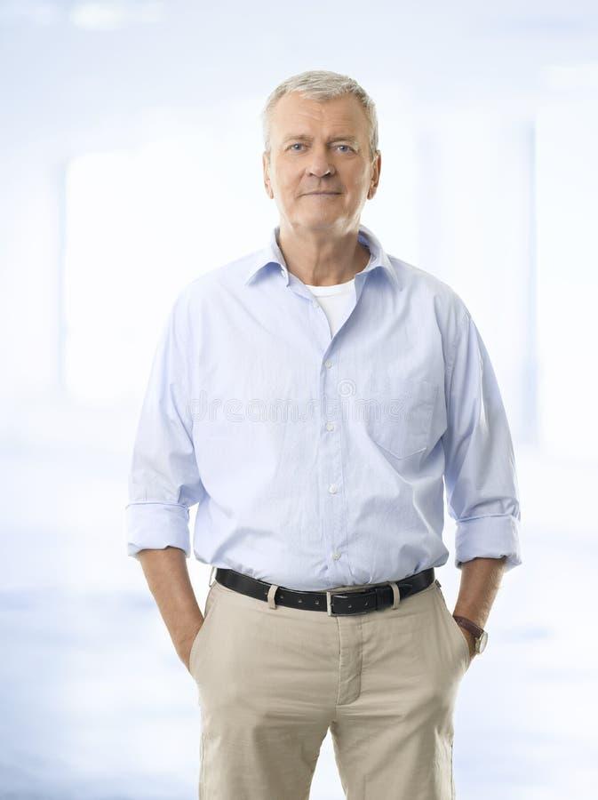 Portret starszy biznesmen ono uśmiecha się przeciw białemu backgroun obrazy stock