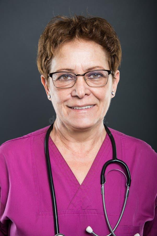 Portret starszy damy lekarki ono uśmiecha się obraz stock