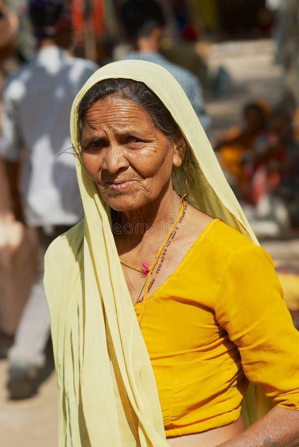 Portret starszy hinduski kobieta pielgrzym jest ubranym tradycyjną suknię przy ulicą w Orchha, India zdjęcia stock