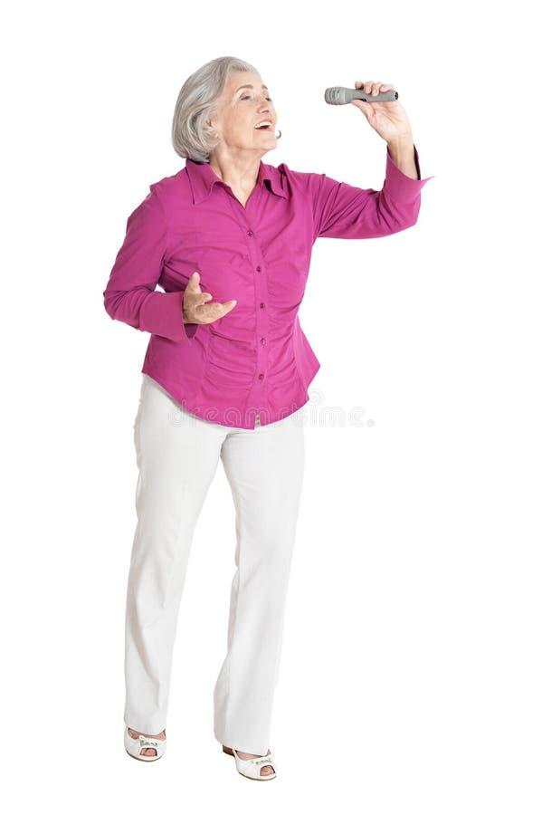 Portret starszy kobieta śpiew odizolowywający na białym tle obraz stock