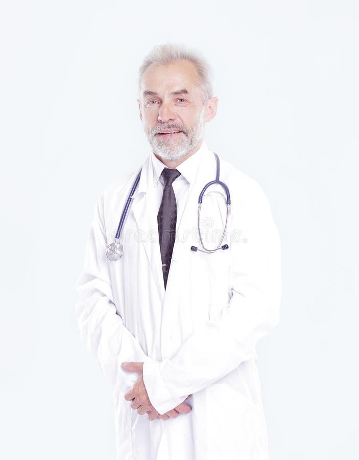 Portret starszy lekarz therapistisolated na lekkim tle zdjęcie stock