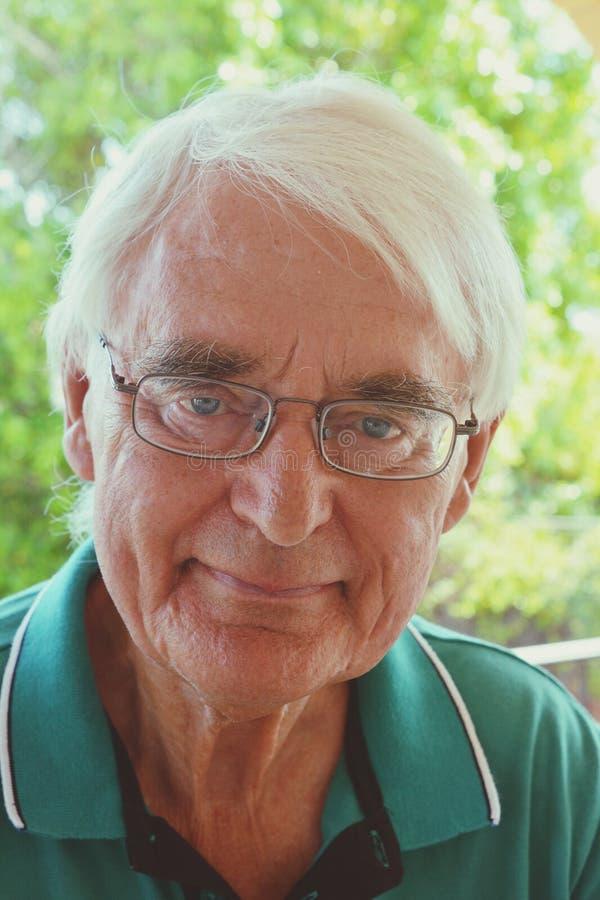 Portret starszy mężczyzna jest ubranym szkła, obrazy stock