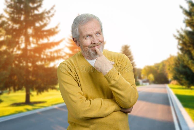 Portret starszy mężczyzna myśleć o coś obrazy stock
